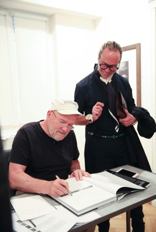 O PETER LINDBERGH ΥΠΟΓΡΑΦΕΙ ΤΟ ΛΕΥΚΩΜΑ ΤΟΥ ΛΑΚΗ ΓΑΒΑΛΑ