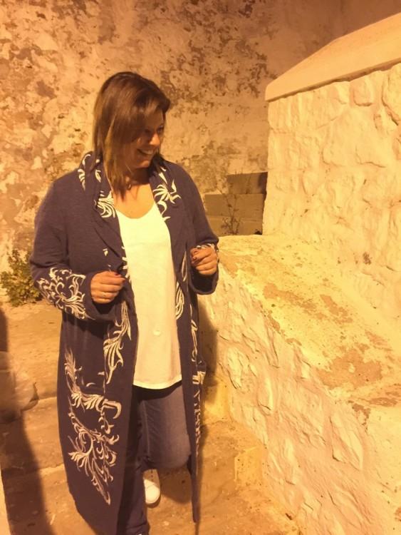 Εγώ σήμερα συνδυάζω το αγαπημένο μου τζιν με ένα λευκό t-shirt, τα adidas μου και το μπλ ε bohemian, κεντημένο μαντό μου! Α luxe bohemian statement piece! Είναι από το Los Angeles αλλά εγώ το ανακάλυψα στην αγαπημένη μου boutique στο νούμερο 17 της Λουκιανού, στην ομόνυμη boutique της Λουκίας Σταματοπούλου...Η Λουκία, μετά από τριάντα σχεδόν χρόνια απόλυτα επιτυχημένης πορείας στο ρούχο -και ιδίως στα sur mesure κουστούμια- θα σας υποδεχθεί από τις 11 το πρωί έως αργά το βράδυ στον χώρο της στην Λουκιανού, θα σας προσφέρει τον πιο αρωματικό espresso, και θα σας ξεναγήσει στις Συλλογές της όσο εσείς θα ανακαλύπτετε μία καινούργια φίλη...