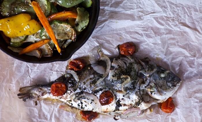 Τσιπούρα σε λαδόκολα και ψητά λαχανικά
