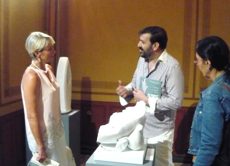 ο Μιχαήλ Ρωμανός ξεναγεί την Νατάσα Καραμανλή στα έργα της έκθεσης OLYMPIC FLAME 2016 που επιμελείται (2)