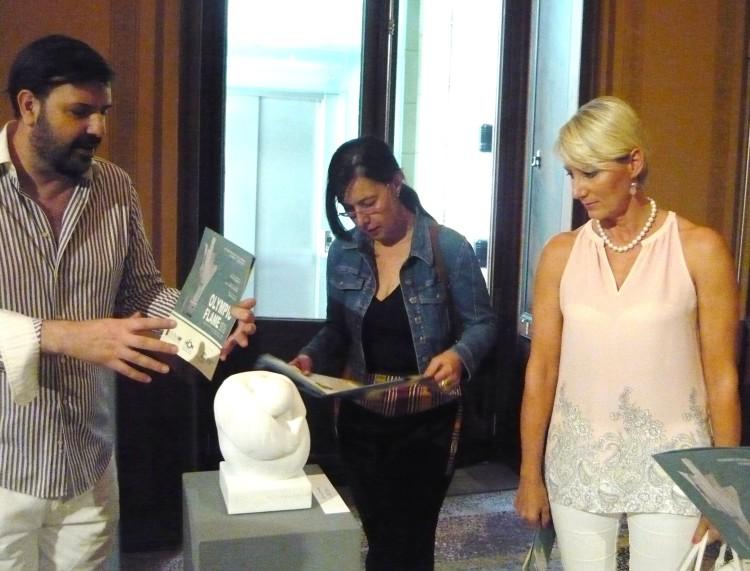 ο Μιχαήλ Ρωμανός ξεναγεί την Νατάσα Καραμανλή στα έργα της έκθεσης OLYMPIC FLAME 2016 που επιμελείται