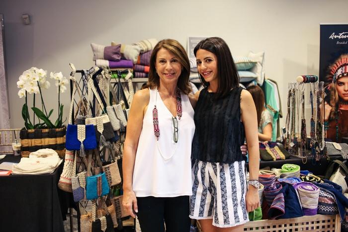 Η Λένα Ισμυρίδη με την κόρη της Ιλεάνα μπροστά στο υπέρκομψο corner της El Concept!