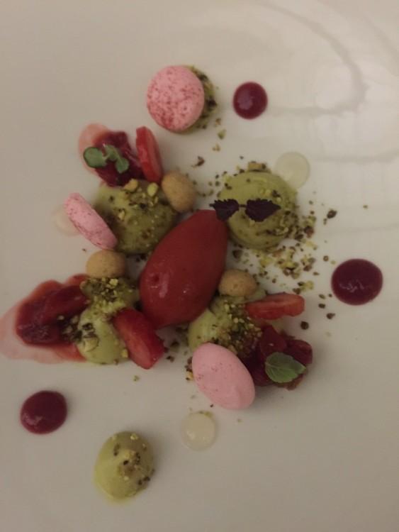 Κρέμα από φιστίκι με crumble από φουντούκι και sorbet από φρέσκιες φράουλες...
