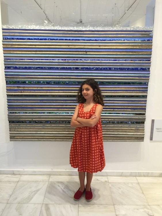 Η Ελμίνα Κατσαρού μπροστά στο έργο του Μιχάλη Κατζουράκη