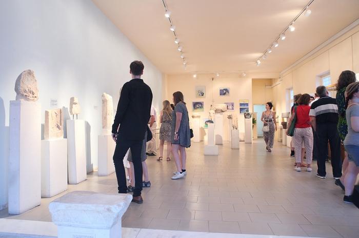 16. Εσωτερική άποψη του Αρχαιολογικού Μουσείου Πόρου από τα εγκαίνια της έκθεσης του Δημοσθενη Κοκκινίδη