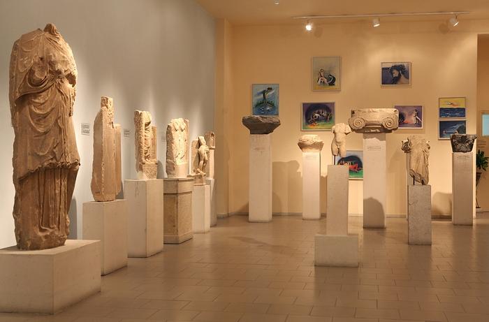 22. Εσωτερική άποψη του Αρχαιολογικού Μουσείου Πόρου με τα έργα του ζωγράφου Δημοσθένη Κοκκινίδη