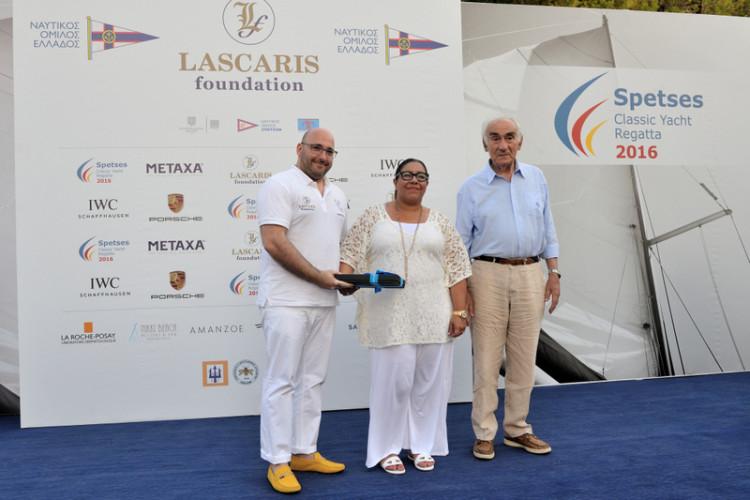 Το ζεύγος Λάσκαρη (Νίκος και Τζώρτζια) του Lascaris Foundation παραλαμβάνει τιμητική πλακέτα από τον πρόεδρο του ΝΟΕ Αλεξανδρο Παπαδόγγονα
