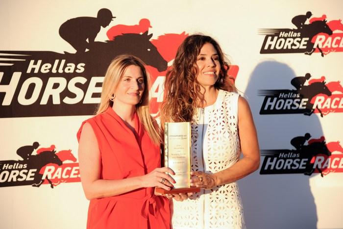 H Ναταλία Δραγούμη βραβεύει την Κατερίνα Χατζοπούλου ιδιοκτήτρια του ίππου SECRET REBEL