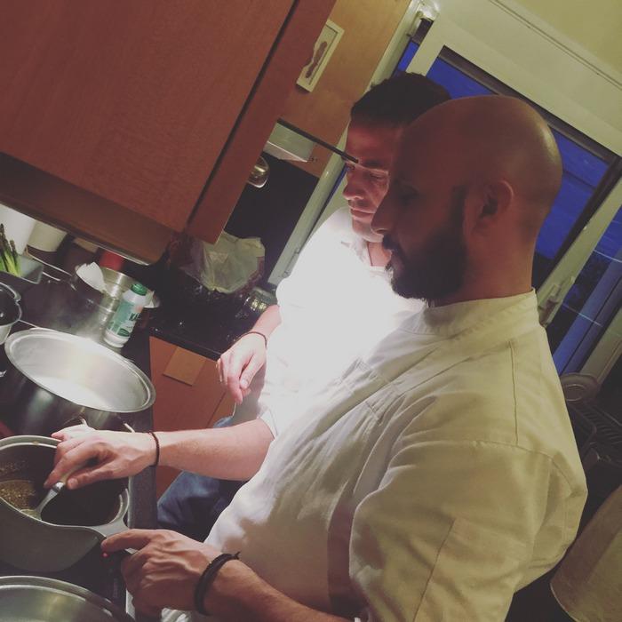Εν τω μεταξύ στην κουζίνα ετοιμάζεται το ριζότο με φρέσκα σπαράγγια... Είναι μία από τις σπεσιαλιέ μου, σήμερα όμως αναλαμβάνει ο Γρηγόρης...