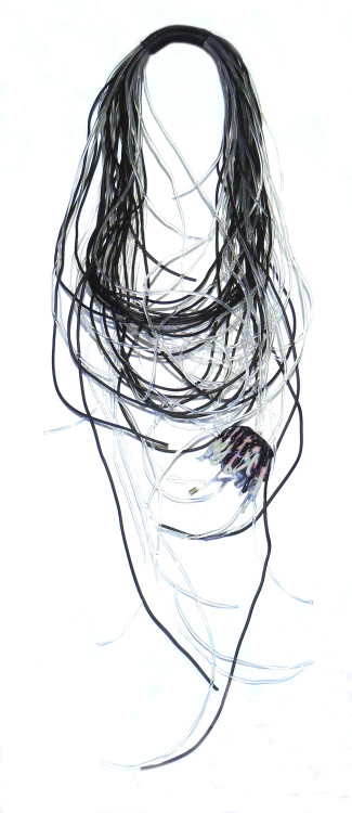 """To κόσμημα πάνω σε ένα ρούχο που αγκαλιάζει την γυναίκα, για εμένα πρόκειται για πρόκληση αρχιτεκτονικής σύνθεσης"" μου λέει και συνεχίζει ""Όπως θα έβαζα τις τελευταίες πινελιές με μία έξυπνη διακόσμηση σε έναν αρχιτεκτονικά σωστά μελετημένο χώρο, έτσι ακριβώς θα σχεδιάσω το κόσμημα για ένα καλόγουστο ρούχο. Γι αυτό άλλωστε ξεχωρίζουν τα κοσμήματα μου, έχοντας μεγάλη γκάμα στα υλικά, στους συνδυασμούς και το στυλ τους"""