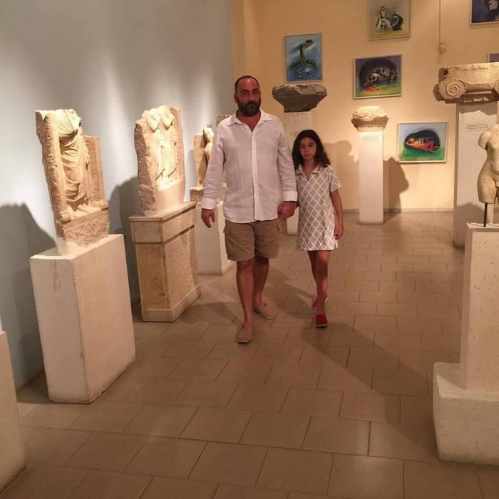 Ο Νικόλας Κατσαρός ξεναγεί την κόρη του Ελμίνα στην έκθεση