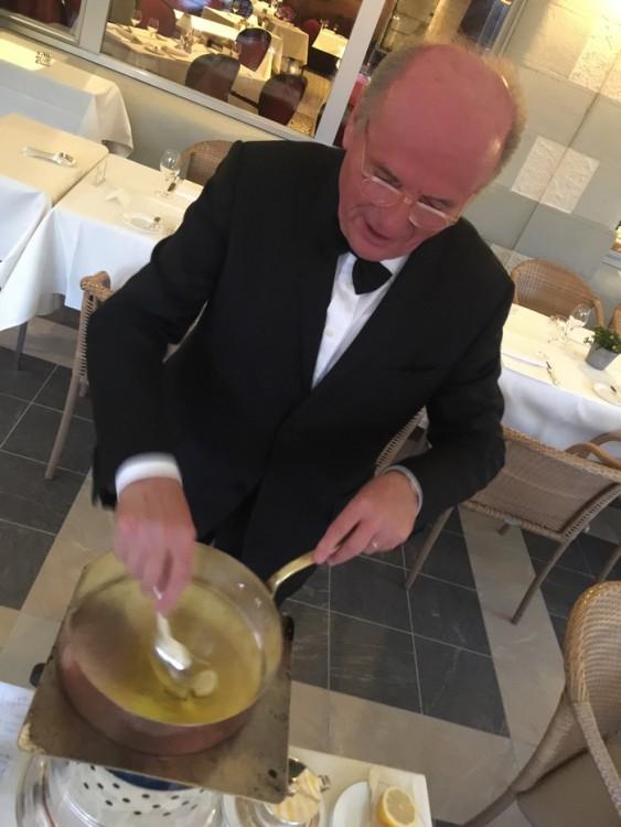 Και αρχίζει την προετοιμασία της extraordinaire μακαρονάδας του, μπροστά στο τραπέζι μας. Μία ιεροτελεστία για να τιμήσει τα ολόφρεσκα υλικά του...