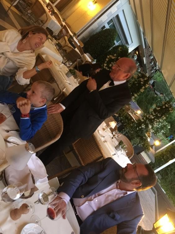 Την ώρα του δείπνου ο Gildo Bocchini μας βοηθάει στις επιλογές μας. Με ένα διάλειμμα εννέα ετών για το Κλαμπ της Εκάλης, βρίσκεται στο Gstaad Palace για 53 ολόκληρα χρόνια... Εξού και το τιμητικό όνομα του Gildo's Ristorante στο Palace...