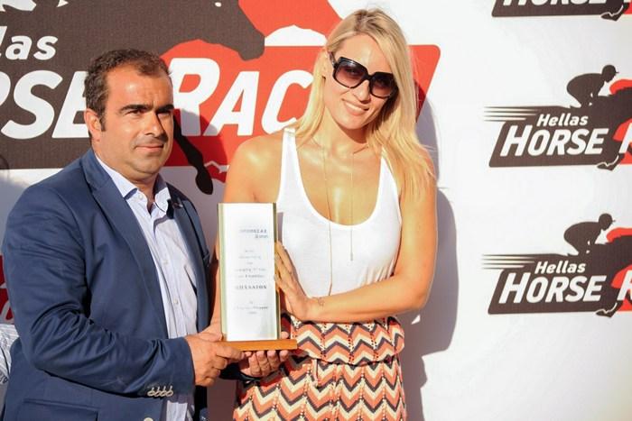 Η Ελεονώρα Μελέτη βραβεύει το Χρήστο Κουβαρά προπονητή του νικητή ίππου ΖΑΡΚΟ