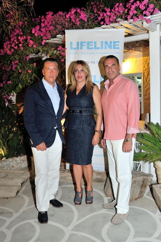 Ο Ζήσης & η Άλκηστις Μπουκουβάλα με τον Δήμαρχο των Σπετσών, Παναγιώτη Λυράκη