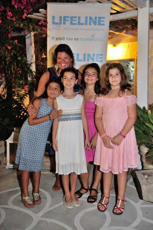 Στην αγκαλιά μου η Νταίζη, η Ελμίνα, η Χρυσάνθη και η Νικολέτα. Το μπουκέτο των κοριτσι΄ών μας που μαθαίνει από πολύ νωρίς την χαρά της προσφοράς...