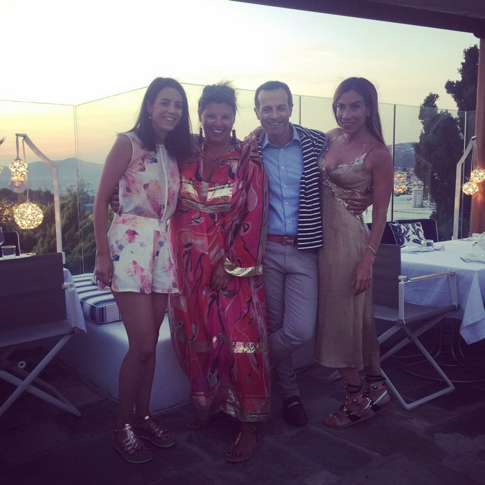 Με την Ιλεάνα Ισμυρίδη, τον Άρη Καβατζίκη και την Σόνια Κοζώνη, και πίσω μας τον ήλιο που πάει πλέον να δύσει...