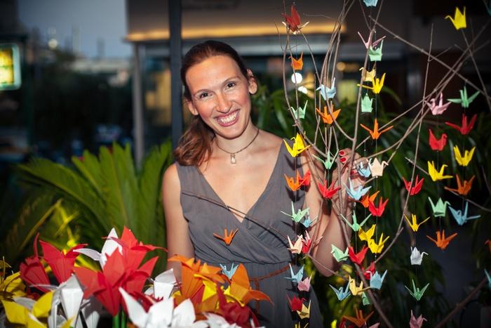 Η καταξιωμένη καλλιτέχνης origami Μυρτώ Δημητρίου με τις χειροποίητες δημιουργίες που φιλοτέχνησε ειδικά για την περίσταση