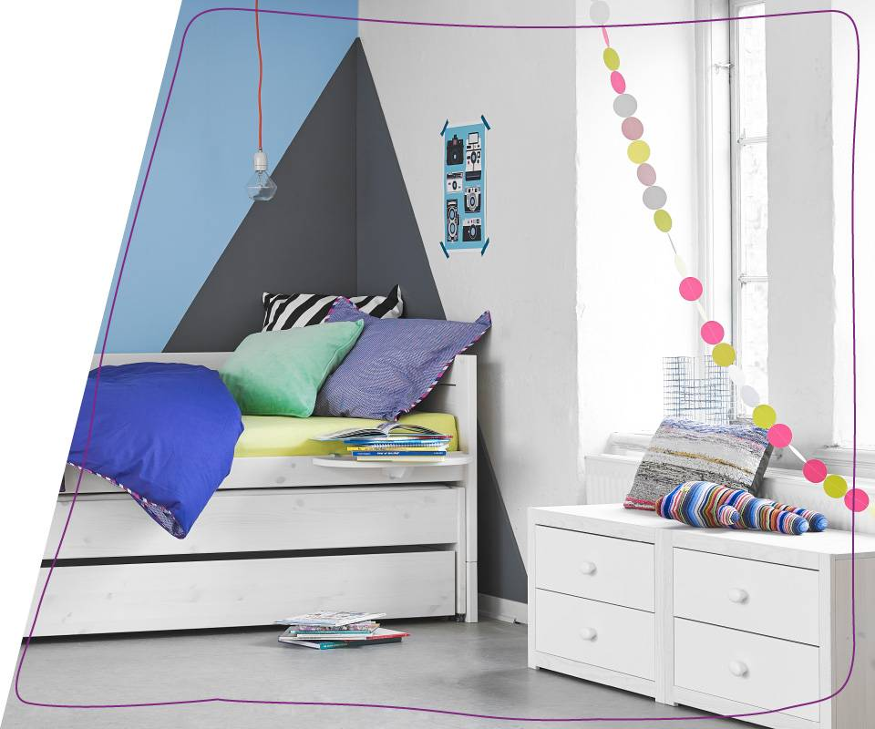 Youthful, modern, practical… Anything else? The bed's lower part can easily be used to store the sheets, blankets and pillows in the morning, but it can also hold an extra mattress should some guest or a children's friend needs a cosy place to rest or sleep through the night.