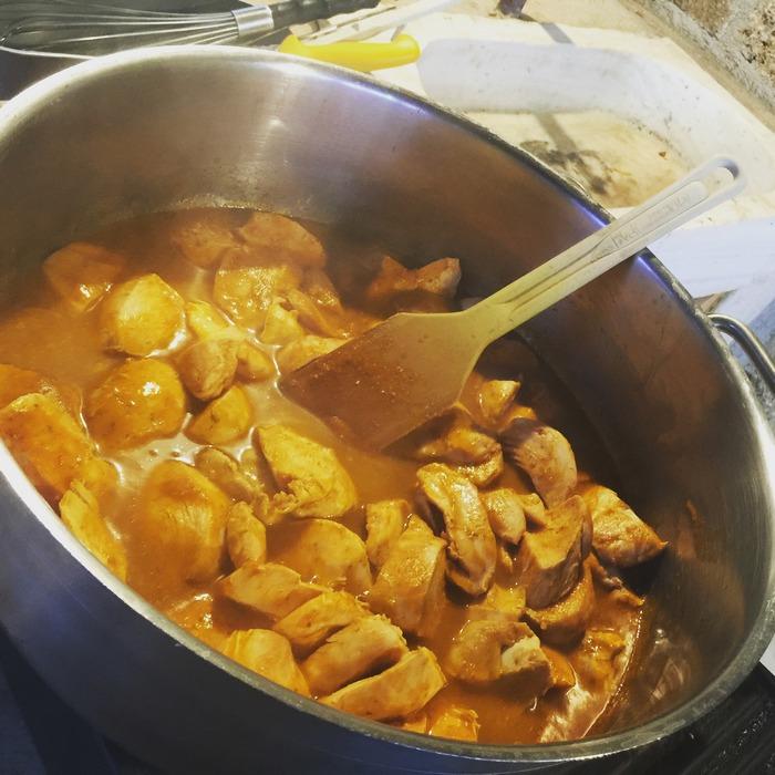 Το κοτόπουλο κοκκινιστό με χυλοπίτες και μυζήθρα που θα σερβιριστεί αργότερα, μαγειρεύεται εδώ και ώρα στις μεγάλες ρουστίκ κατσαρόλες, στην ανοιχτή κουζίνα...