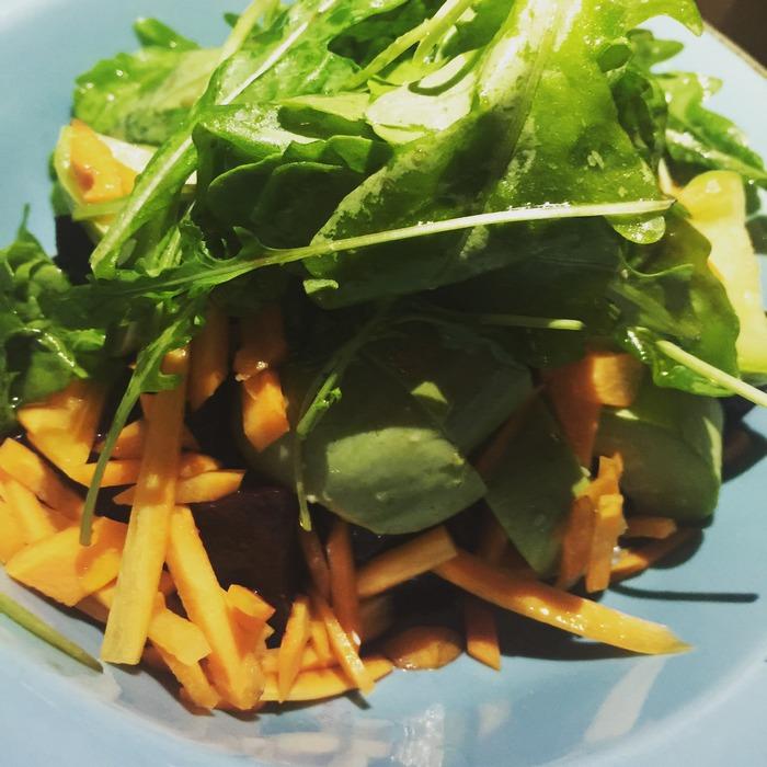 Σαλάτα με λαχανικά από το μποστάνι. Νομίζω πως δεν έχω δοκιμάσει νοστιμότερα κολοκυθάκια ποτέ, ενώ το παντζάρι είναι μία γλύκα...