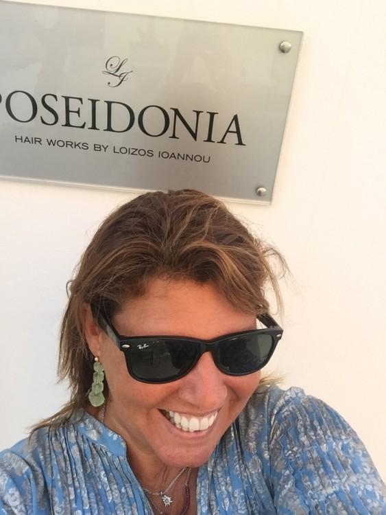 Χθες το απόγευμα, έξω από το Poseidonia Hair Works, για την μηνιαία περιποίηση που περιλαμβάνει μάσκα λευκού χαβιαριού και κόψιμο των ταλαιπωρημένων από τον ήλιο άκρων...
