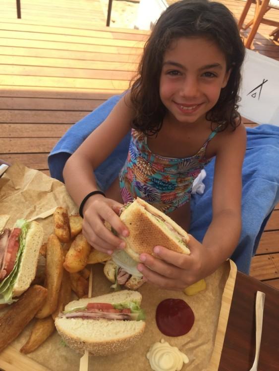 """Όταν οι """"μεν"""" δεν ενοχλούν τους """"δε""""! Μπορεί δίπλα μας να ξεσαλώνουν τα party animals της Ευρώπης, όμως η Ελμίνα απολαμβάνει τα δρώμενα -αλλά και το εντυπωσιακό Club Sandwich- τα οποία τελικά είναι άκρως διασκεδαστικά..."""