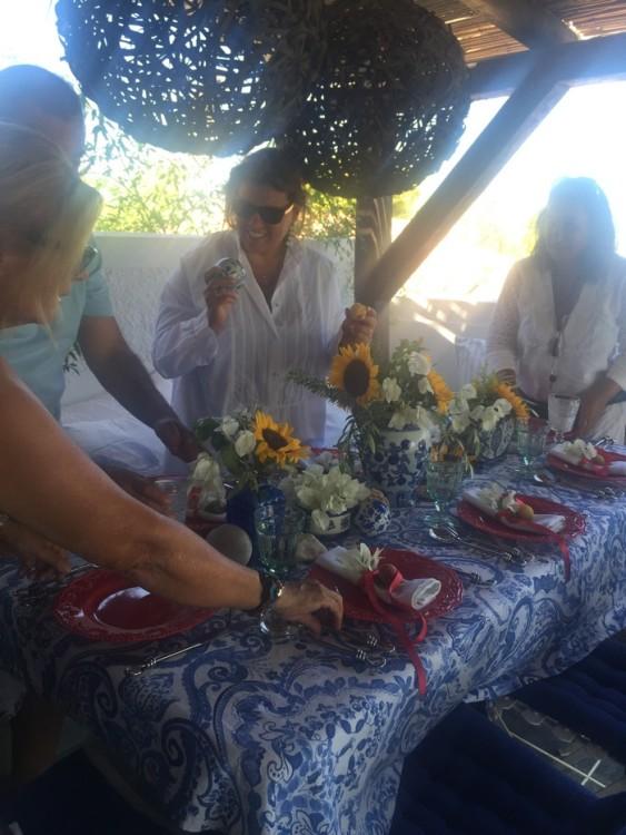 Όλοι μαζί, στήνουμε το τραπέζι της γιορτής. Ο Γιώργος και η Αντουανέτα δίνουν τον ρυθμό και εμείς χορεύουμε με ανθοστόλιστα βήματα