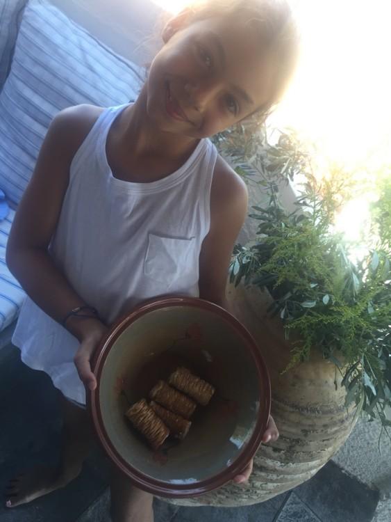 """Η Ελμίνα κερνάει γλυκά, σεκλεδάκια από το ζαχαροπλαστείο """"Βανίλια"""" και πορτοκαλόπιτα σπιτική..."""