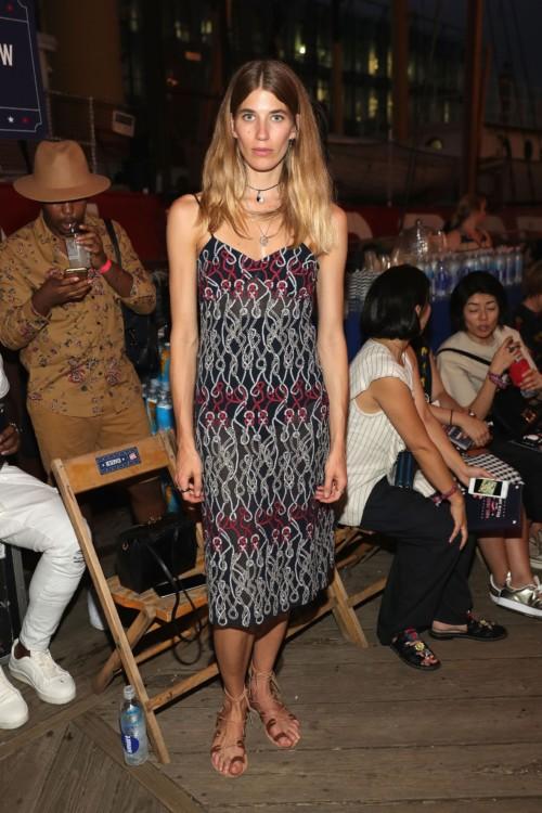 Η Veronika Heilbrunner φόρεσε ένα κεντημένο χυτό φόρεμα από την συλλογή Hilfiger Collection Fall '16.