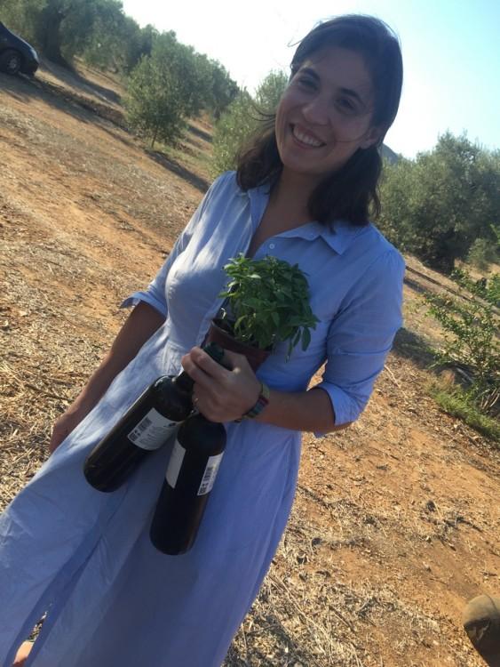 Στο κτήμα, μας υποδέχεται η Σοφία Βασδέκη, η οποία έχει την ίδια ημέρα και τα γενέθλια της, με δροσερό κρασί και μία γλάστρα βασιλικό...
