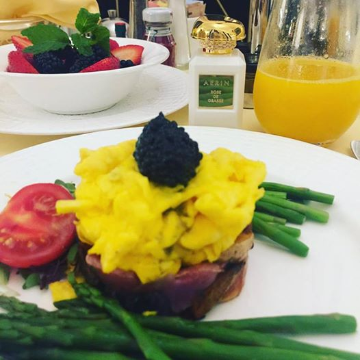 The 5th Avenue breakfast: start with soft scrambled eggs with american sturgeon caviar and selection of the freshest berries of the season! Finish with @aerin Rose de Grasse... Good morning word!!!