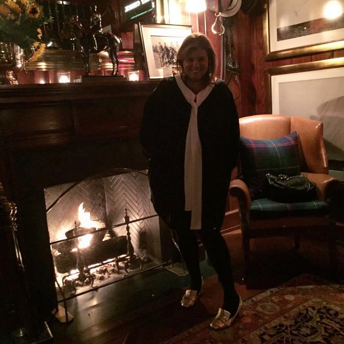Στο εστιατόριο του Ralph Lauren. Συνδυάζω το φόρεμα της levinia με το εντυπωσιακό bow που για την περίσταση το έχω αφήσει ελέυθερο, με τα Fringed metallic cracked-leather pumps του Gucci.