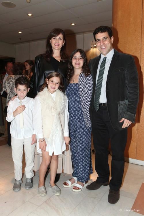H Λώρα Μαμάκου με τον σύζυγό της Στάθη Τριφύλλη και τα παιδιά τους Σωκράτη, Αρριέτα και Κλειώ
