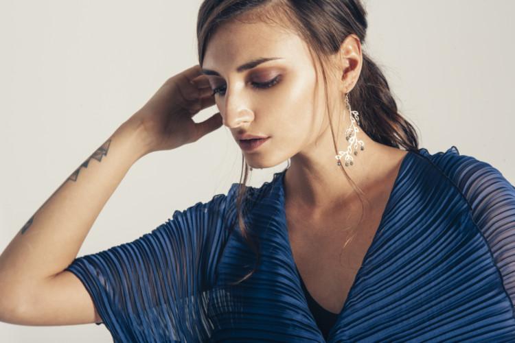 Μακρύ, μπλέ σκούρο φόρεμα Persephone +Σκουλαρίκι Νεοκλασικό