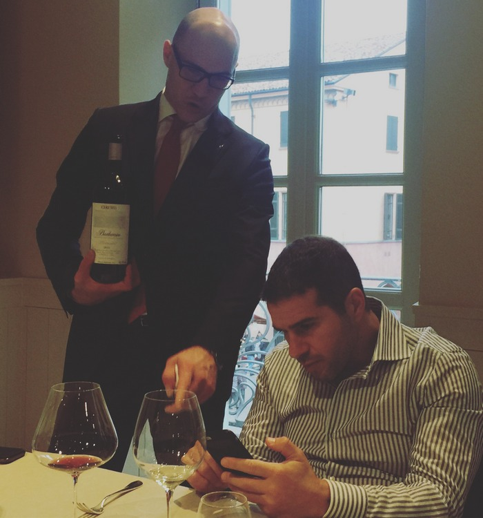 Σε κάθε αλλαγή κρασιού ο Alessio και ο Sommelier ανταλλάσσουν πληροφοορίες για τις ετικέτες της επιλογής μας, ενώ σε πολλές περιπτώσεις επισκέπτονται και τις ιστοσελίδες των διάσημων Οινοποιίων για παραπάνω πληροφορίες...