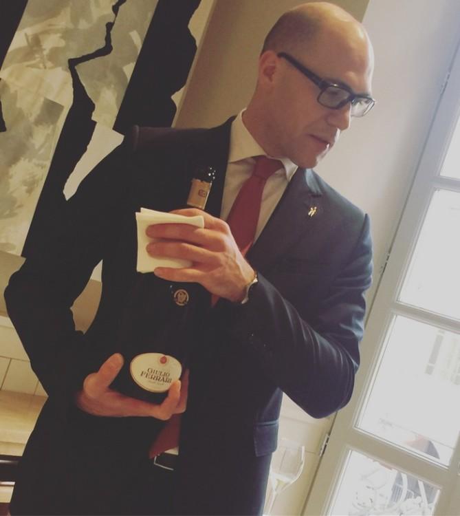 Αφού ελέγξει ο Alessio το κρασί που έχουμε αρχικά ζητήσει, ο Sommelier σερβίρει στα ποτήρια μας