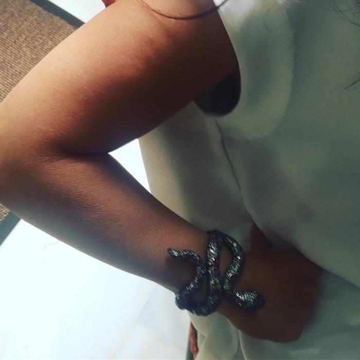 ...Με ένα συγκλονιστικό φίδι στον καρπό...