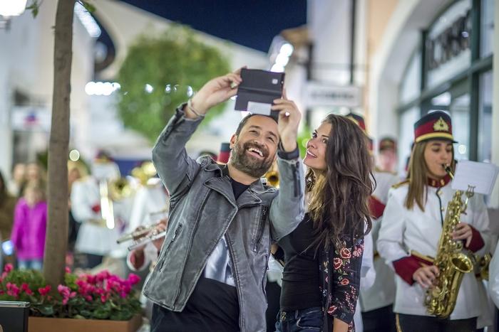 Μια selfie αναμνηστική φωτογραφία με τη Φιλαρμονική Ορχήστρα, το Θέμη Γεωργαντά και τη Μαρία Κορινθίου στα στολισμένα γραφικά σοκάκια του εκπτωτικού χωριού