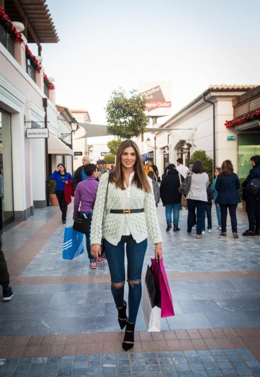Η Σταματίνα Τσιμτσιλή κάνει τις Χριστουγεννιάτικες αγορές της στο εκπτωτικό χωριό