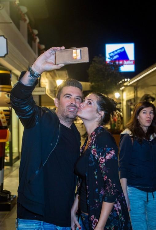 Ο Γιάννης Αϊβάζης και η Μαρία Κορινθίου βγάζουν μία selfie φωτογραφία στα στολισμένα σοκάκια του εκπτωτικού χωριού