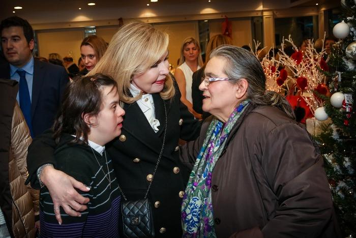 Η κυρία Βαρδινογιάννη με την πρωταθλήτρια των Special Οlympics, Όλγα Δασουρά και τη μητέρα της.