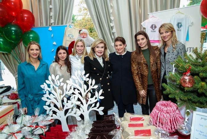 Η κυρία Βαρδινογιάννη με μέλη του ELPIDA YOUTH. Από αριστερά: Βασιλοπούλου Τόνια, Φυρίγου Μελίνα, Βαφειά Έμιλυ, Αναστασία Κολλάκη, Λάουρα Λαλαούνη, Αλεξία Βαρδινογιάννη.