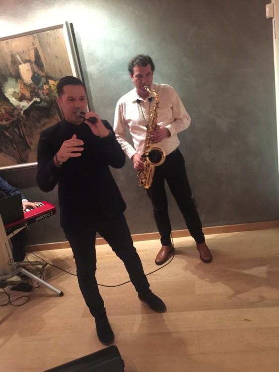 Ο υπέροχος Αδάμ Τσαρούχης στο μικρόφωνο ερμηνεύει την μία επιτυχία μετά την άλλη...