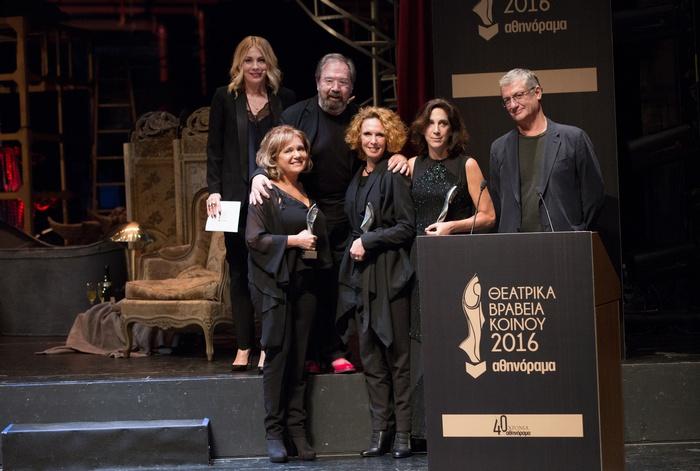 Απονομή Βραβείου Γυναικείου Ρόλου από τον Βαγγέλη Θεοδωρόπουλο: 3ο Βραβείο στην Μαρία Καβογιάννη για το «Θεέ μου τι σου καναμε;», 2ο Βραβείο στην Εβελίνα Παπούλια για το «Victor Victoria» και 1ο Βραβείο στην Αμαλία Μουτούση για το «Κουκλόσπιτο». Μαζί τους οι παρουσιαστές της τελετής Σμαράγδα Καρύδη και Σταμάτης Φασουλής.