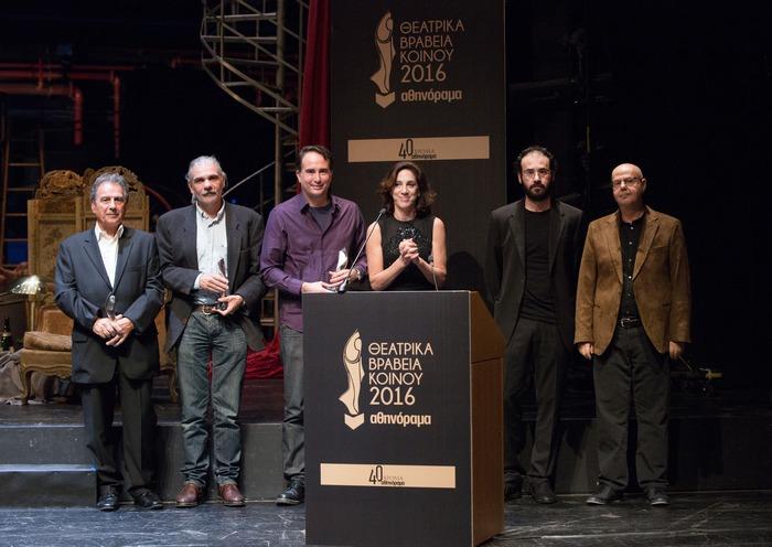 Βραβεία Καλύτερης Παράστασης: Ο Κάρολος Παυλάκης (2ο Βραβείο για τον «Θεό της Σφαγής»), ο Γιώργος Χατζηνικολάου (3ο Βραβείο για τον Άγριο Σοπόρο) και οι Γιώργος Λυκιαρδόπουλος, Αμαλία Μουτούση και ο Σπύρος Αλιδάκης (1ο Βραβείο για το «Κουκλόσπιτο». Μαζί τους ο Γιάννης Χουβαρδάς που έκανε την απονομή.