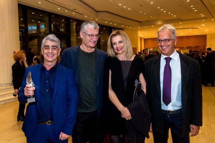 Ο Μανόλης Παντελιδάκης με το βραβείο του, ο Βαγγέλης Θεοδωρόπουλος του Φεστιβάλ Αθηνών, η Άντα Παπανδρέου και ο αρχιτέκτονας Γιώργος Ζαφειρίου.