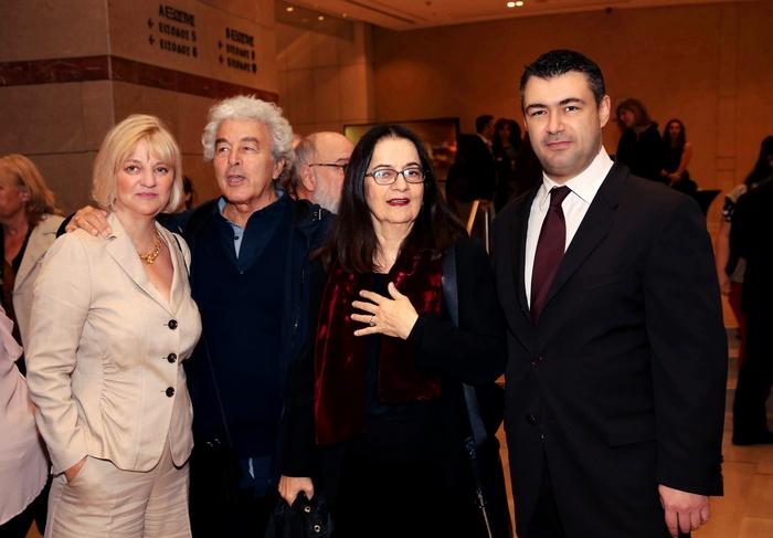 Ο Αντώνης Αντύπας και η Ελένη Καραΐνδρου ανάμεσα στη διευθύντρια του Αθηνοράματος Έλλη Μπουμπουρή και τον εκδότη του Αθηνοράματος Δημήτρη Ηλιόπουλο.
