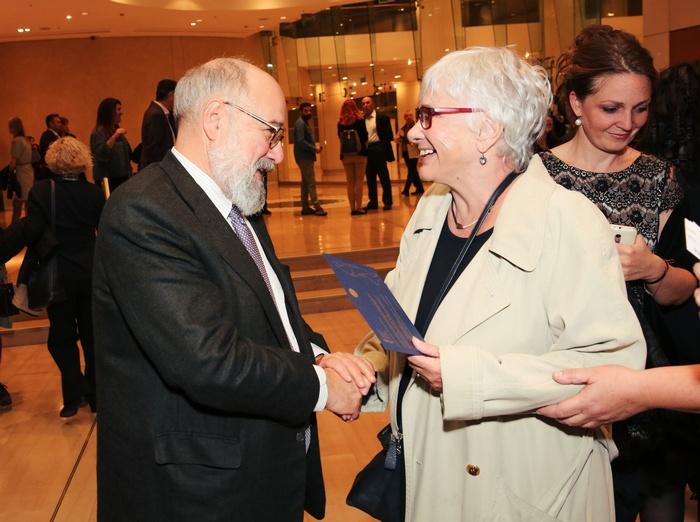 Ο πρόεδρος του Μεγάρου Μουσικής Νίκος Θεοχαράκης καλωσορίζει την Ξένια Καλογεροπούλου.