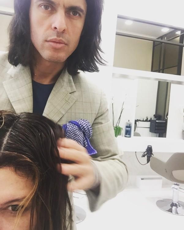 Είναι παραπάνω από σαφές ότι τα μαλλιά μου χρειάζονται ένα καλό κόψιμο και στον Αλέξανδρο έχω απόλυτη εμπιστοσύνη. Είναι ξεκάθαρο πως ο 36χρονος coiffeur είναι αποφασισμένος να αλλάξει εντελώς το look των μαλλιών μου...